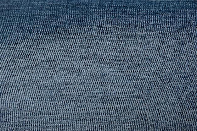Niebieskie tło i teksturowane dżinsy.