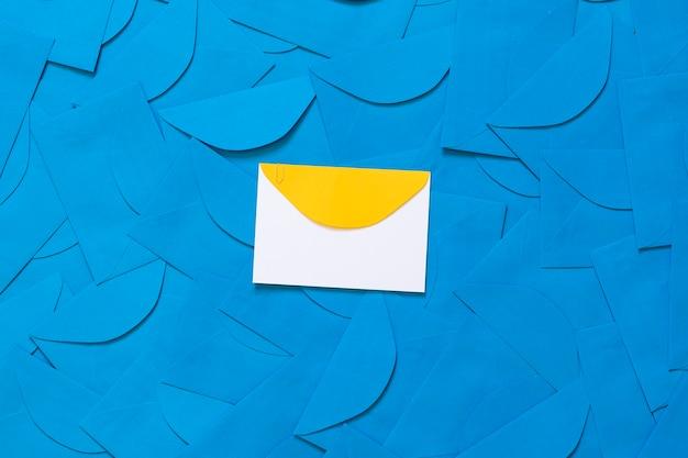 Niebieskie tło koperty z żółtymi szczegółami koperty w środku, z miejscem na tekst.