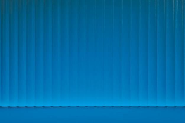 Niebieskie tło produktu z wzorzystym szkłem