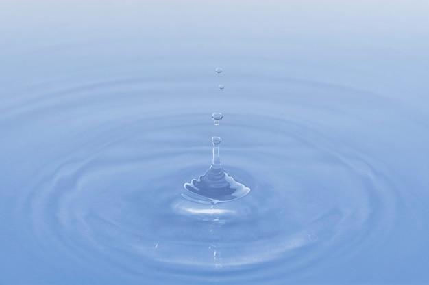 Niebieskie tło, woda kapiąca tekstura