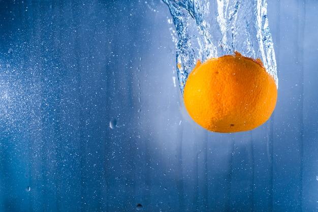 Niebieskie tło z pomarańczowym i wody