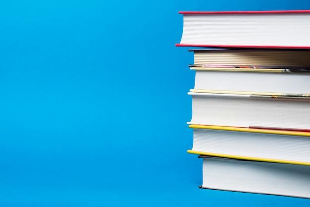 Niebieskie tło z sześciu książek i pustej przestrzeni