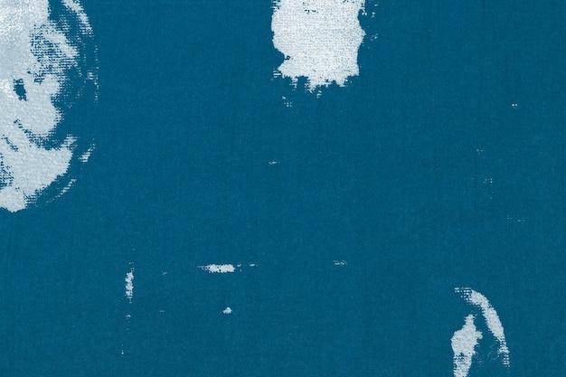 Niebieskie tło z teksturą z białą plamą z tkaniny