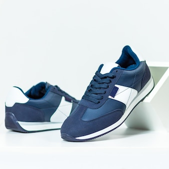Niebieskie trampki męskie buty na białym tle