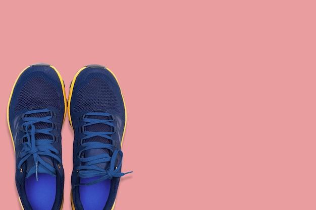 Niebieskie trampki na różowym tle