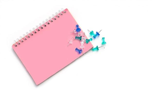 Niebieskie, turkusowe i przezroczyste guziki ułożone na papierze