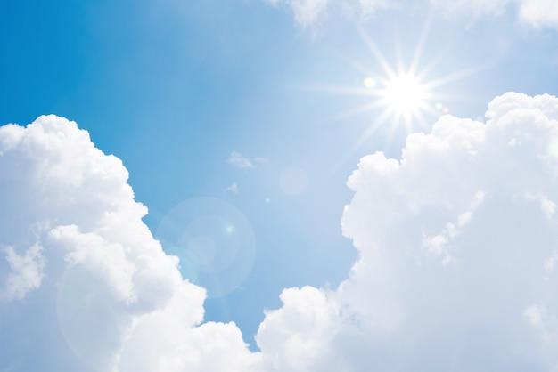 Niebieskiego nieba słońca chmurnego światła wysokiej temperatury gorący letni dzień