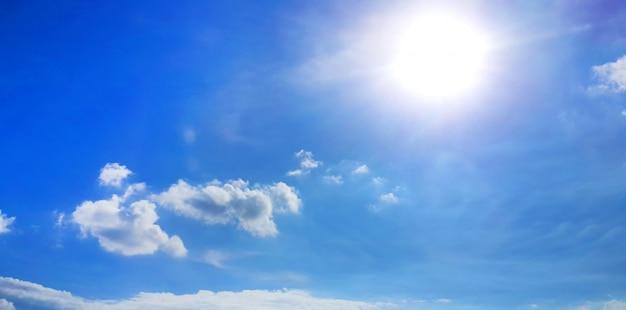 Niebieskiego nieba tło z chmurami
