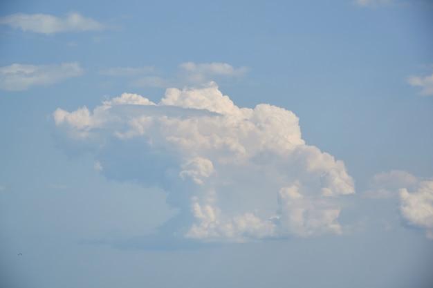 Niebieskiego nieba tło z malutkimi chmurami. do kolażu