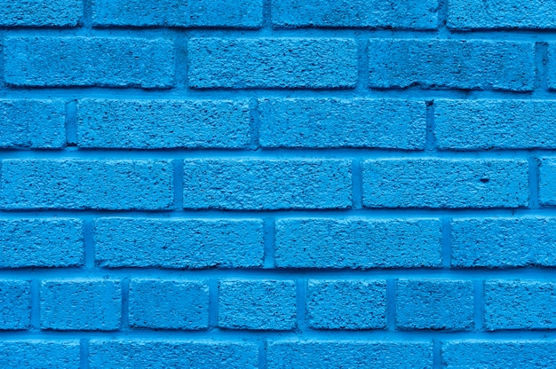 Niebieskim tle ceglanego muru