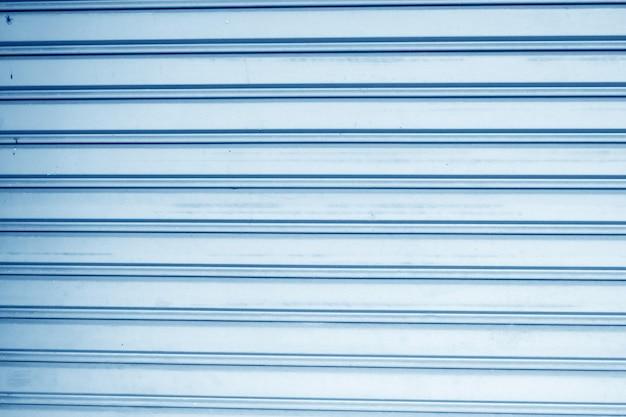 Niebieskim tle ściany ze stali