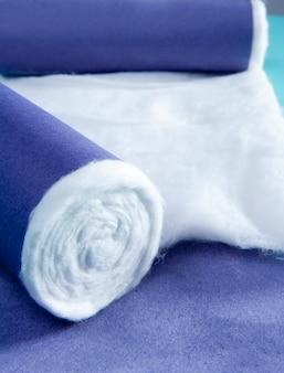 Niebieskim tle walcowane medycznych farmaceutycznych bawełny