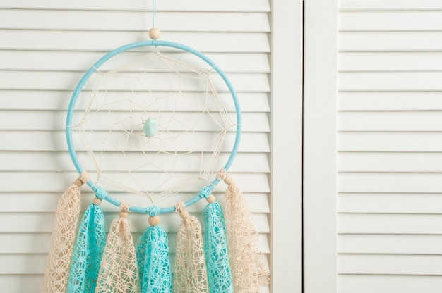 Niebiesko-beżowy łapacz snów z szydełkowanymi serwetkami