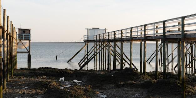 Niebiesko-biała chata rybacka na molo