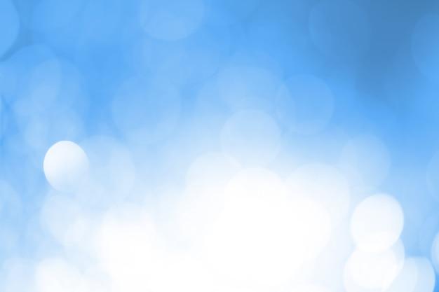 Niebiesko-biały bokeh okrągły.