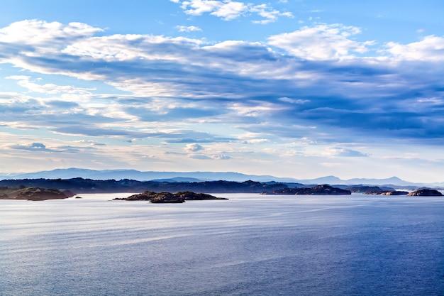 Niebiesko-biały krajobraz górski i morze landscape