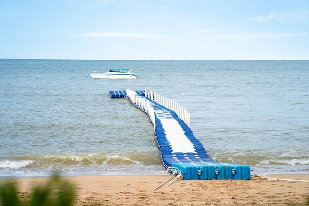 Niebiesko-biały plastikowy modułowy pływający dok na morzu