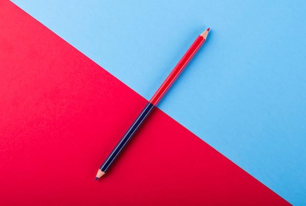 Niebiesko-czerwony dwukolorowy ołówek na kolorowych kartach