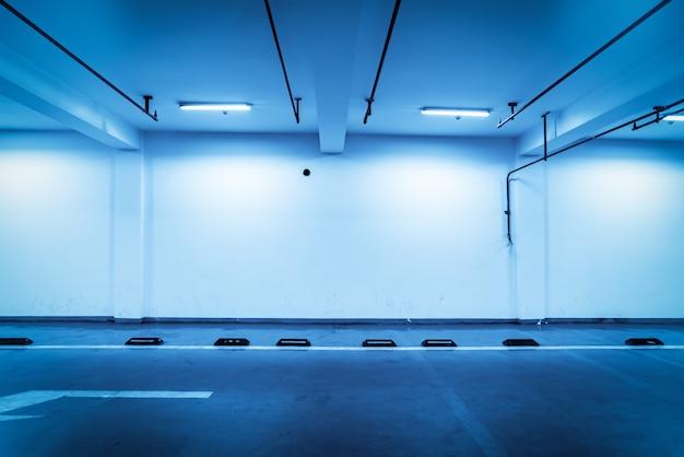 Niebiesko dostrojone wnętrze podziemnego parkingu