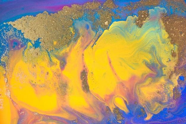 Niebiesko-żółta farba marmurowa ze złotym brokatem. grafika abstrakcyjna tekstury.