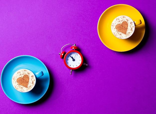 Niebiesko-żółte kubki i zegar na fioletowo