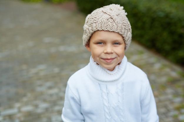 Niebieskooki mały chłopiec w dzianinowej czapce