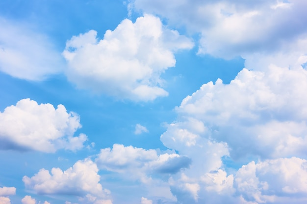 Niebo - błękitne niebo z białymi chmurami cumulus, może być używane jako tło