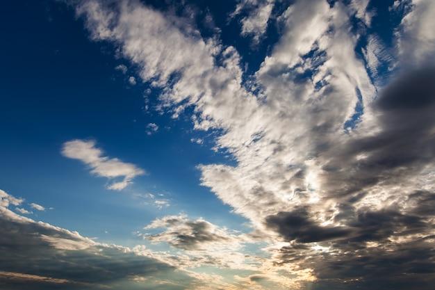 Niebo chmury, niebo z chmurami i słońcem