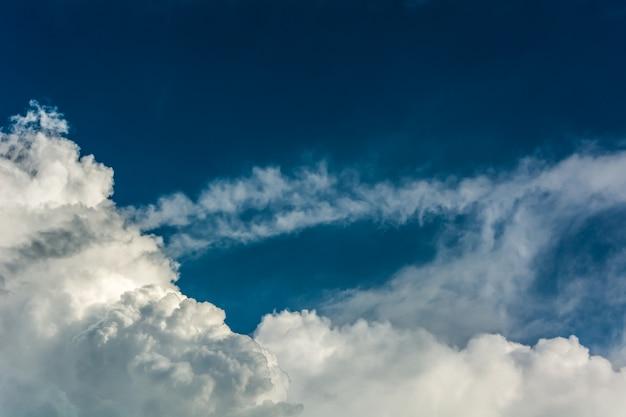 Niebo chmury tle.