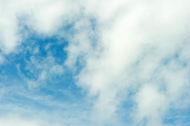 Niebo i błękitne chmury w jasny niebieski dzień niebo i piękne chmury