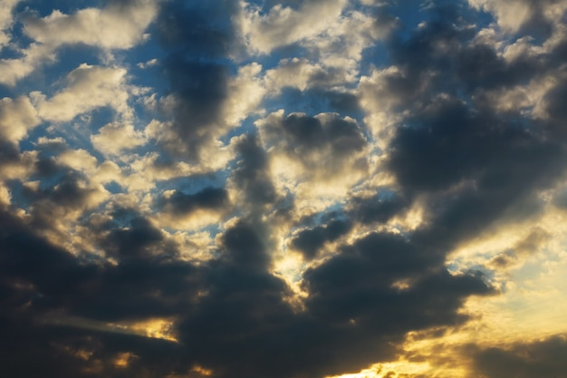 Niebo i chmury o zachodzie słońca