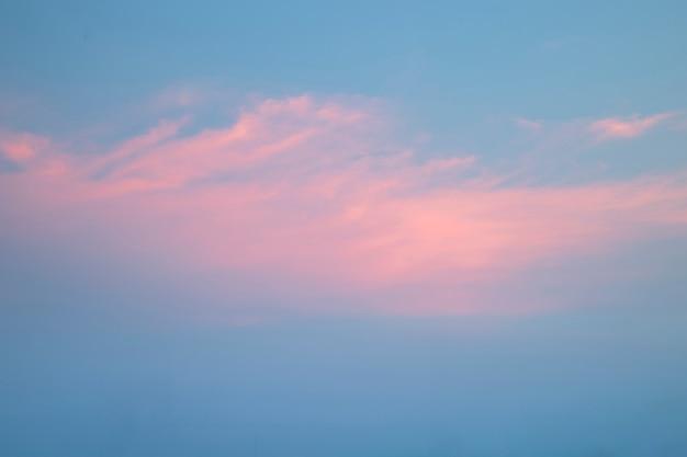 Niebo i chmury o zmierzchu