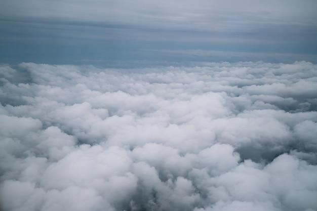 Niebo i chmury przeglądać od samolotu