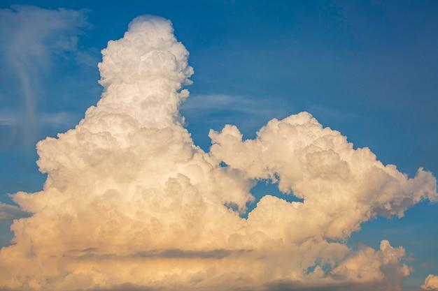 Niebo i chmury z delikatnym światłem słońca