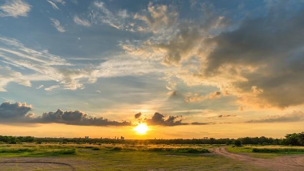 Niebo i chmury, zachód słońca lub wschód słońca (do tyłu), chmury falujące.
