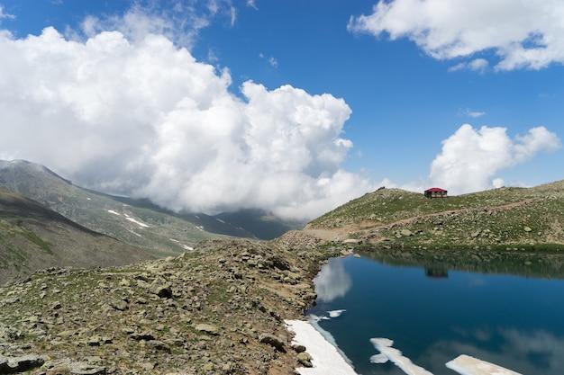 Niebo i odbicie nad jeziorem kraterowym, giresun - turcja