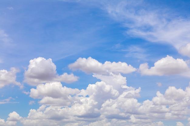 Niebo jest niebieskie i białe chmury w mieście surin.