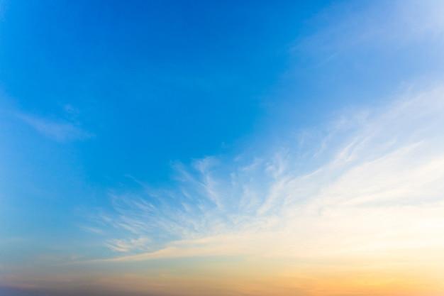 Niebo jest piękne, gdy słońce wschodzi rano