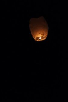 Niebo lampion unosi się w nocne niebo przy festiwalem w pingxi chiński tekst