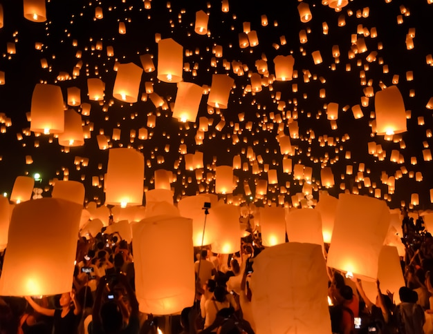 Niebo lampionów festiwal lub yi peng festiwal w chiang mai, tajlandia