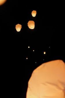 Niebo latarniowy pływające na nocnym niebie na festiwalu w pingxi,