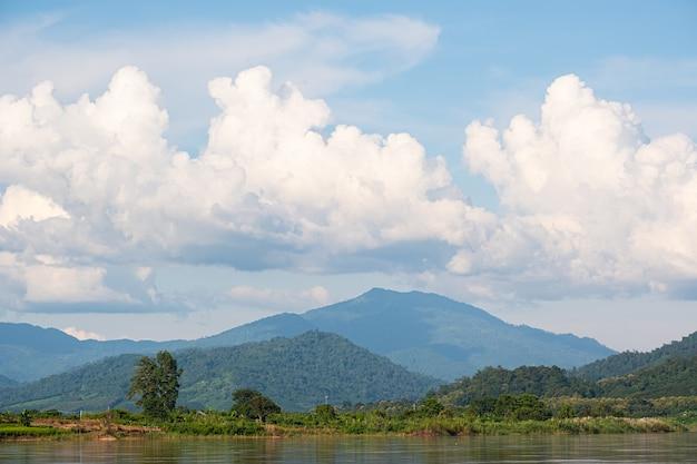 Niebo ma chmury i rzekę mekong. niebieskie niebo i chmura. białe chmury.