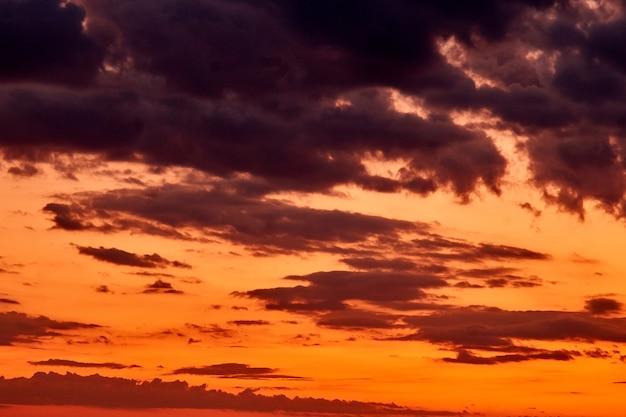 Niebo o zachodzie słońca bunt kolorów