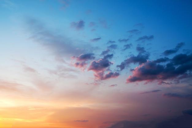 Niebo o zachodzie słońca lub wschodzie słońca