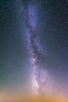 Niebo pełne gwiazd i drogi mlecznej.