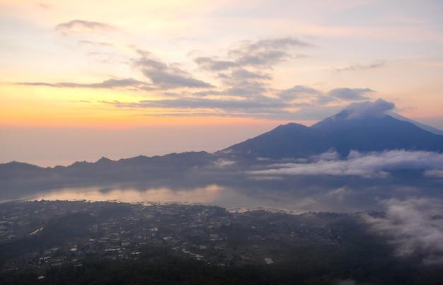 Niebo świt o poranku w górach. volcano agung, bali