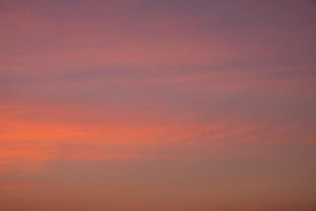 Niebo w ciepłych, delikatnych kolorach, wschód słońca, tło nieba.