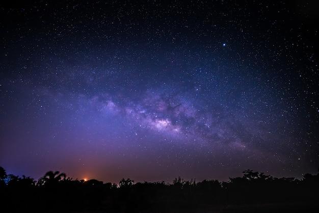 Niebo w nocy z wieloma gwiazdami