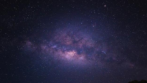 Niebo w nocy z wielu gwiazd, piękne jasne niebo w nocy, jasne światło gwiazd z purpurowe ciemne niebo