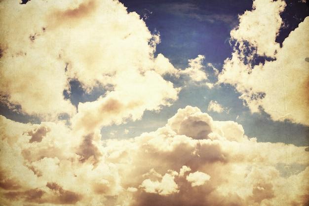 Niebo w słoneczny dzień z białymi obłokami